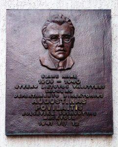 Paminklinė lenta prie namo Kaune, kuriame gyveno A.Povilaitis