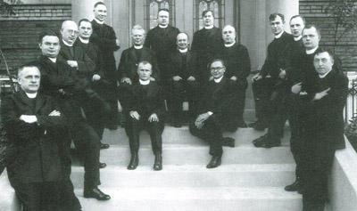 1930 m. kun. A. Petraitis sugrįžo į Lietuvą. Jį išlydi J. E. Arkivyskupas P. Būčys (sėdi centre; Jo dešinėje sėdi kun. A. Petraitis) ir kunigai. Nuotr. iš Lietuvos centrinio valstybės archyvo.