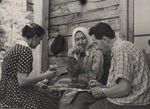 Elena Grinaveckienė ir Juozas Senkus renka medžiagą žodynui, Rygiškiuose, 1961. Šaltinis: suduvis.lt