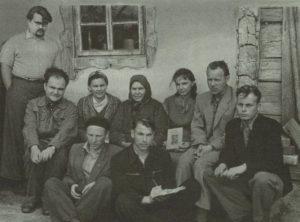 Zasečiuose. (Stovi) V. Toporovas, (sėdi) Viačeslavas Ivanovas, Elena Grinaveckienė, geriausia Zietelos informantė Marija Lubakaitė-Burokienė, A. Jonaitytė, A. Sabaliauskas, (tupi) A.Guobys, A. Vidugiris, J. Šukys. 1958 m. A. Balašaičio nuotr.
