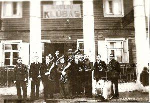 Šaulių klubas dabartinėje Dariaus ir Girėno gatvėje. Dabar toje vietoje - daugiabutis namas. Jurbarko Naujamiesčio mokyklos kraštotyros muziejaus fondai.