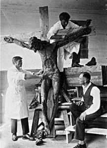 P. Mikutaitis (kairėje) ir V. Grybas (viršuje) darbo metu